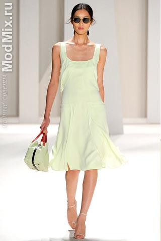 Белое платье из модной коллекции Carolina Herrera