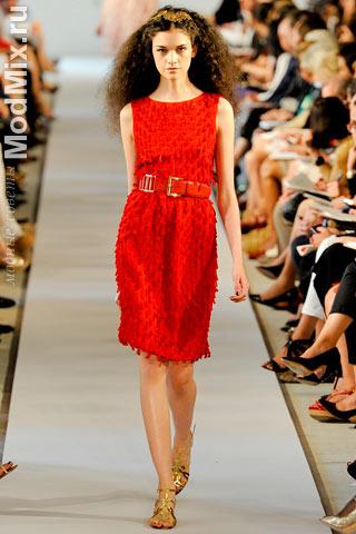 Красное платье из модной коллекции Oscar de la Renta