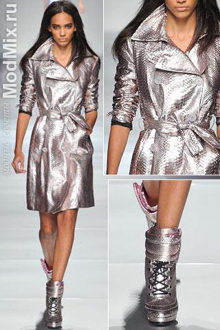 Серебристый модный плащ из коллекции Blumarine