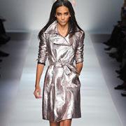 Серебристый модный плащ от Blumarine