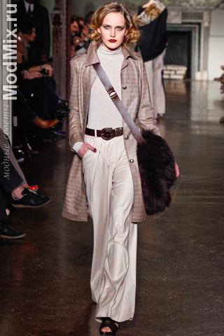 Свободные брюки, водолазка, кожаное пальто и сумка из модной коллекции St. John