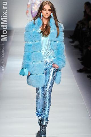 Модная голубая шуба из коллекции Blumarine