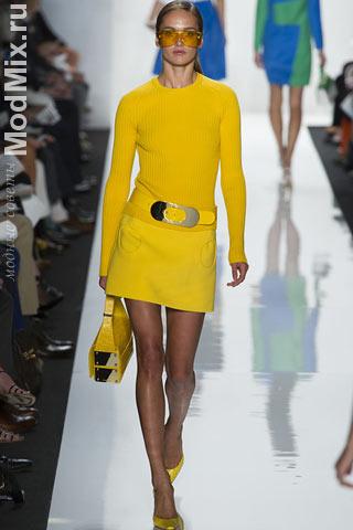 Модные желтые аксессуары, юбка и пуловер