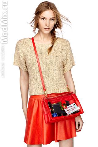 Красная кожаная юбка - это модно!