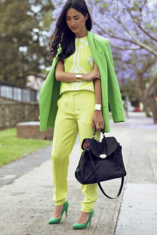 На фото: с чем носить зеленый цвет Greenery